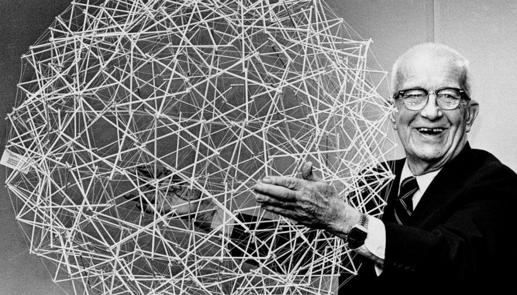 Buckminster Fuller présente une sphère de tenségrité le 18 avril 1979