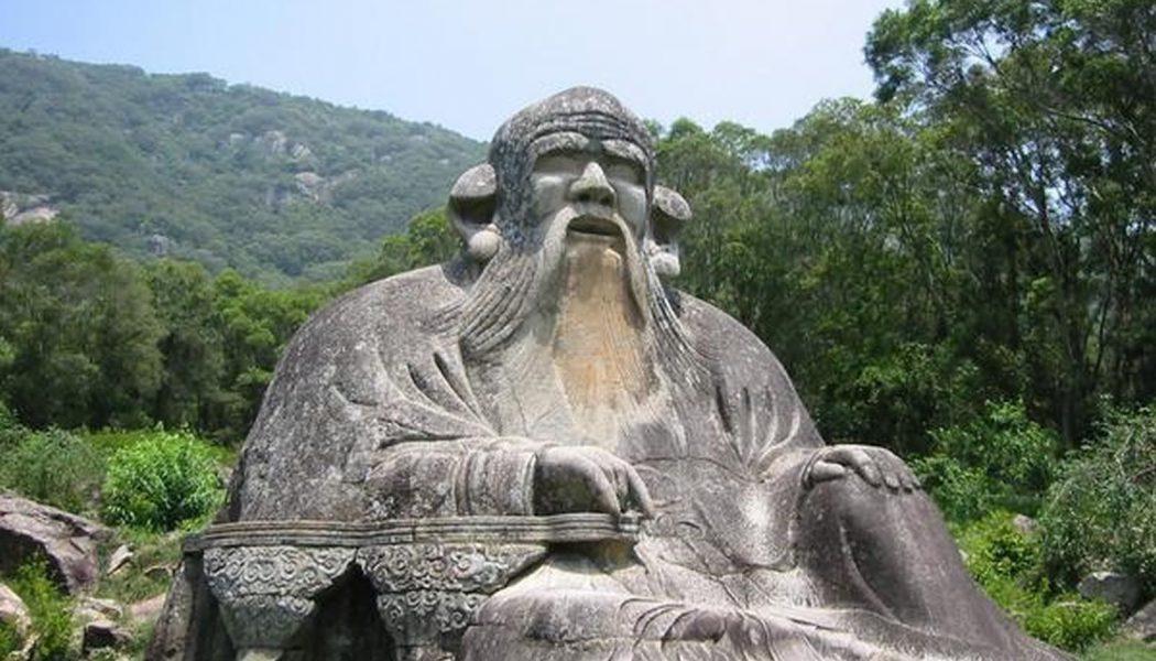 Statue en pierre de Laozi au pied du mont Qingyuan