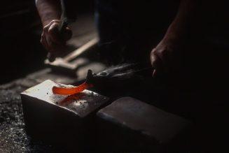 Forge d'une lame pour tailler les sabots des vaches dans l'atelier de Taniguchi Toshiatsu à Shōbara, préfecture d'Hiroshima