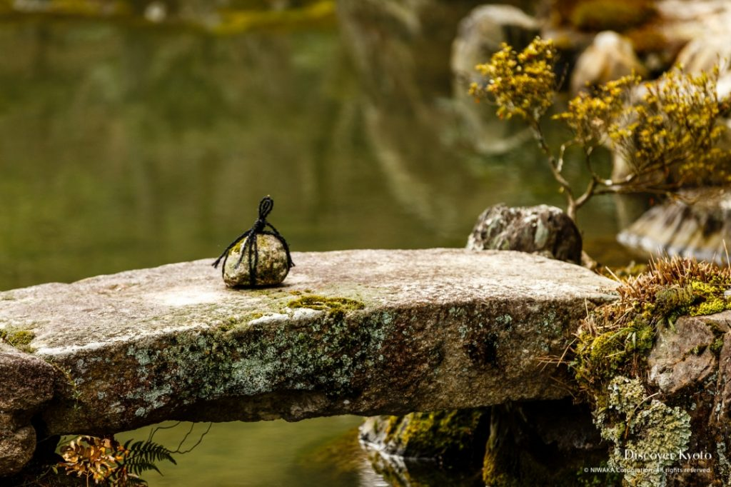Un petit pont de pierre dans l'étang du Ginkaku-ji
