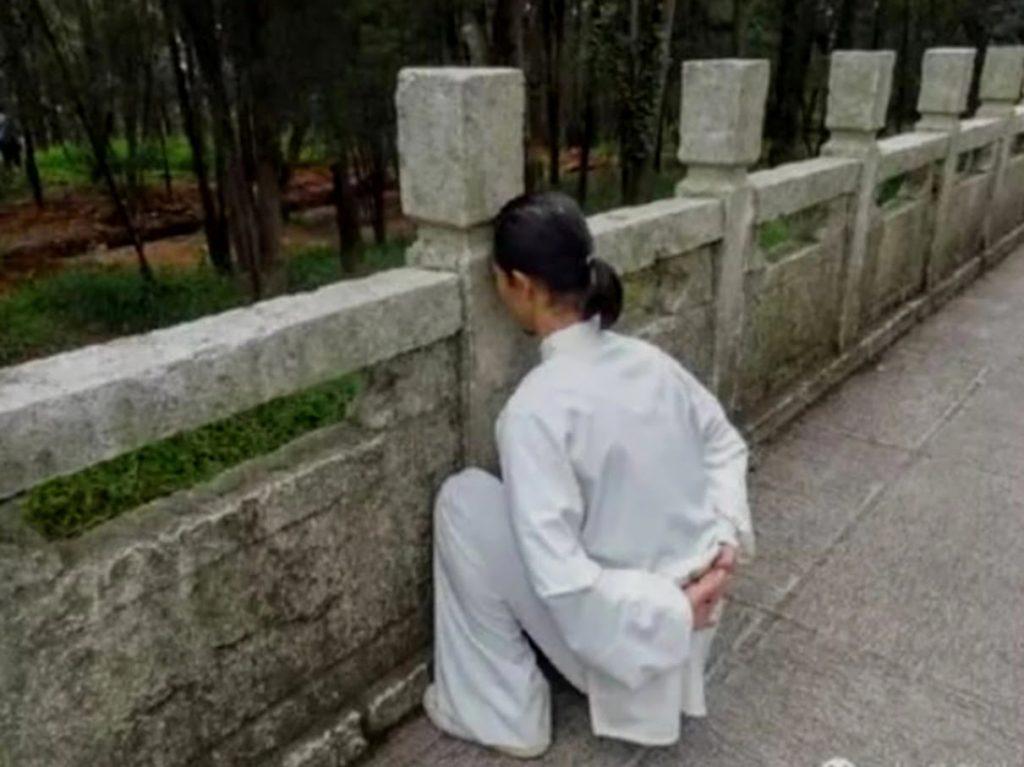 L'accroupissement contre le mur