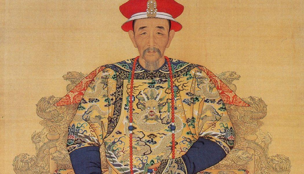 L'empereur Kangxi de la dynastie Qing en robe de cérémonie