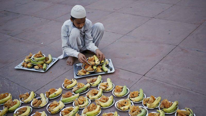 Un jeune garçon à Delhi, en posture accroupi